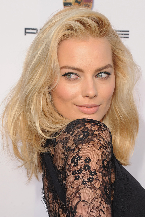 Margot Robbie As A Platinum Blonde On The Red Carpet Of This Year S Critics Choice Awards Elle